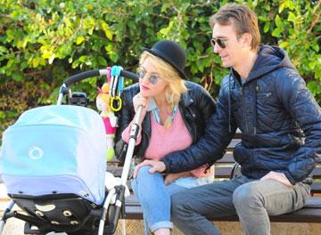 """""""יש לי מזל"""". עם בן הזוג ערן פפר והתינוקת אמליה (צילום: ברק פכטר)"""