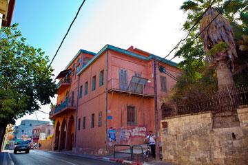 הבניין היפואי החל להיבנות ב-1917, ונוספו לו חלקים במהלך כשלושה עשורים (צילום: ענבל מרמרי)