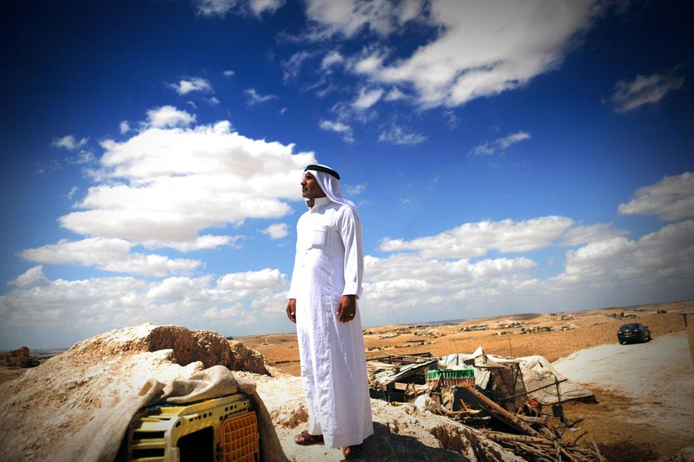 חג' איברהים אל עטראש משקיף על אדמות האזור. הוא מאמין שהפתרון קרוב, עובדה שהמדינה כבר סוללת כביש גישה (צילום: אבי פז)