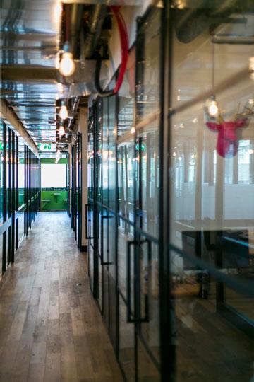 מימין ראש אייל ורוד, בסוף מקומות אכילה ירוקים בסגנון דיינר (צילום: שירן כרמל)