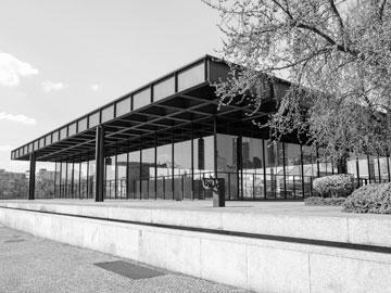 הגלריה הלאומית בברלין, בתכנון מיס ואן דר רוהה. בעיה תפקודית בגלל קירות המסך. אצל בו ברדי זו הייתה אמירה ברורה (צילום: Claudio Divizia/shutterstock)