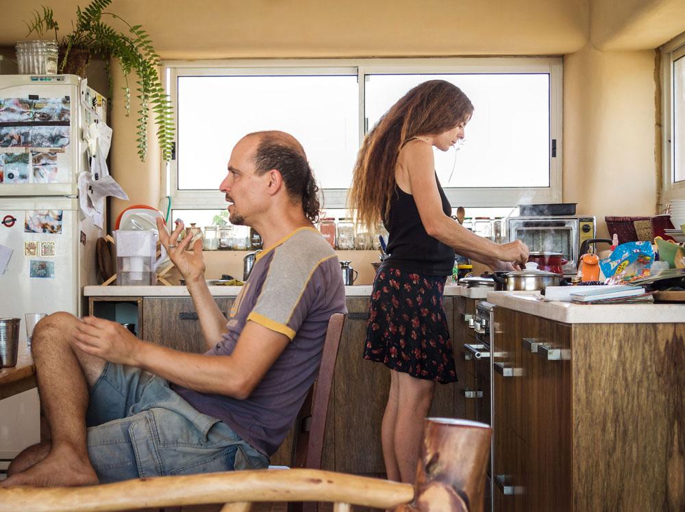 אורנה ו-ויקה ניר-סוסק במטבח ביתם. הארונות הם מיחזור של מטבח מנתניה. הסלון והמטבח נבנו בבאלות וחופו בטיח אדמה (צילום: איתי סיקולסקי)