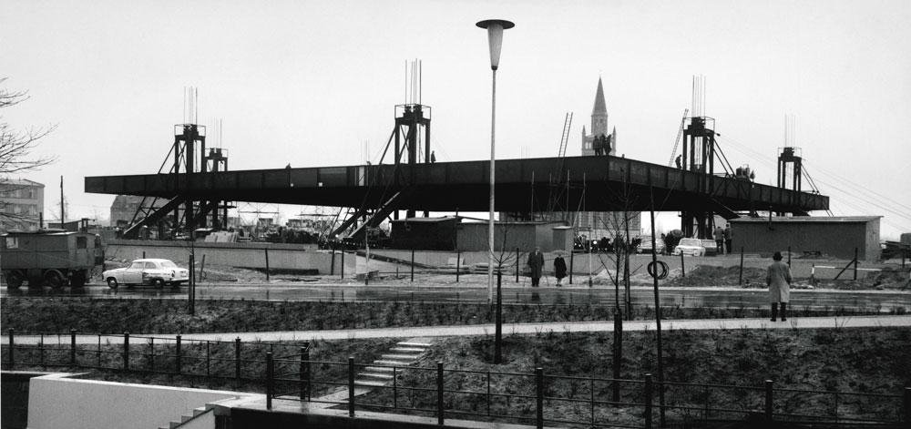 הגלריה נבנתה כחלק מפיתוח ה-Kulturforum של מערב ברלין, על גבול החומה, בשנות ה-50 וה-60 שאחרי חלוקת גרמניה. כחלק מהפיתוח נבנתה גם הספרייה הלאומית ובניין ה''פילהרמוני'' של התזמורת העירונית (צילום: Archiv Neue Nationalgalerie, Nationalgalerie, Staatliche Museen zu Berlin)