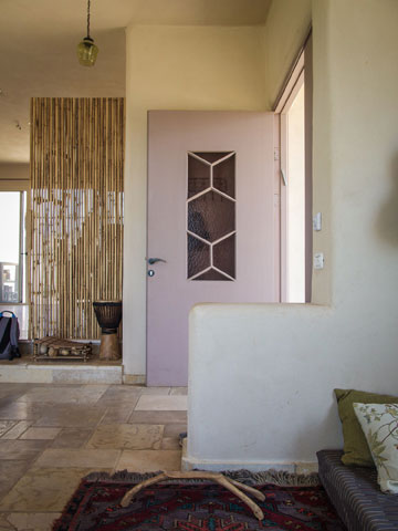 הכניסה לבית של לימור ואלעד. הרצפה מחופה באבן טבעית מכפר תבור (צילום: איתי סיקולסקי)