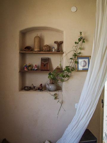 ברחבי הבית רהיטים ופריטים שבני הזוג אספו, ירשו או שיפצו (צילום: איתי סיקולסקי)