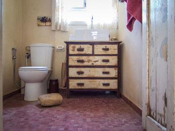 """השירותים בבית של לימור ואלעד. בידוד הרמטי שמונע """"גשרי קור"""" (צילום: איתי סיקולסקי)"""