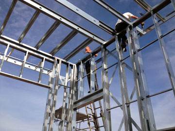 הקמת בית בבנייה קלה. חומרי הבנייה הם החלק השולי בפרויקט (צילום: ארנון אדריכלים)