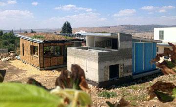 """בנייה בבאלות קש (בבית השמאלי) ובנייה קלה וממ""""ד (בימני)  (צילום: ארנון אדריכלים)"""