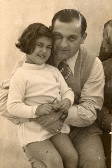 יהושע שטיינבוק (שני) ובתו איה. הסיפור יוצא הדופן נחשף בסרט של נינתו (באדיבות אא''י)