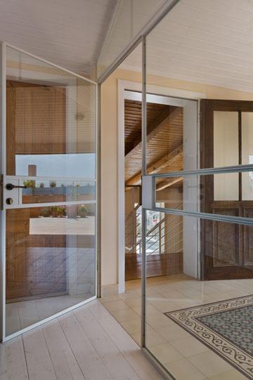 """דלת חדר השינה של בלינדר (משמאל) ורחבת היציאה למרפסת, שחופתה ב""""שטיח"""" מאויר (צילום: אסף פינצ'וק)"""