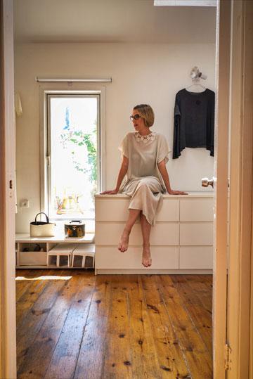 """""""כשאני חוזרת הביתה מהסטודיו, אני לרוב לא מחליפה בגדים, ואם כן – לסמרטוטים"""" (צילום: איתי סיקולסקי)"""