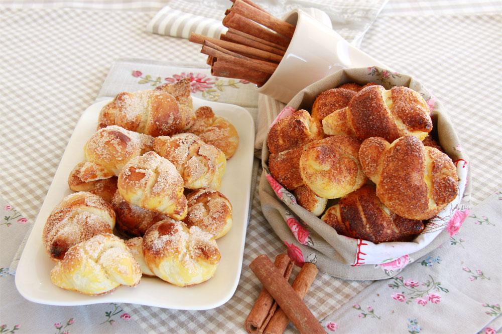 עוגיות שמרים עם קינמון (צילום: אסנת לסטר )