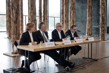 צ'יפרפילד ומנהלי הגלריה והמוזיאונים של ברלין, במסיבת העיתונאים (צילום: גילי מרין)