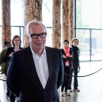 דיוויד צ'יפרפילד במסיבת העיתונאים. ביקורת על המבנה הוא כבר השמיע (צילום: גילי מרין)
