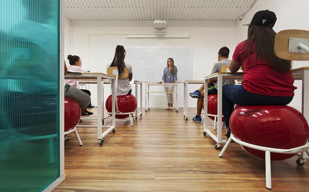 55 תלמידים בבית הספר ייהנו לסירוגין מהכיתה החדשה, שבכל פעם ילמדו בה 8 מהם. השפה גיאומטרית: עיגולים, מלבנים ומרובעים (צילום: רועי מזרחי)