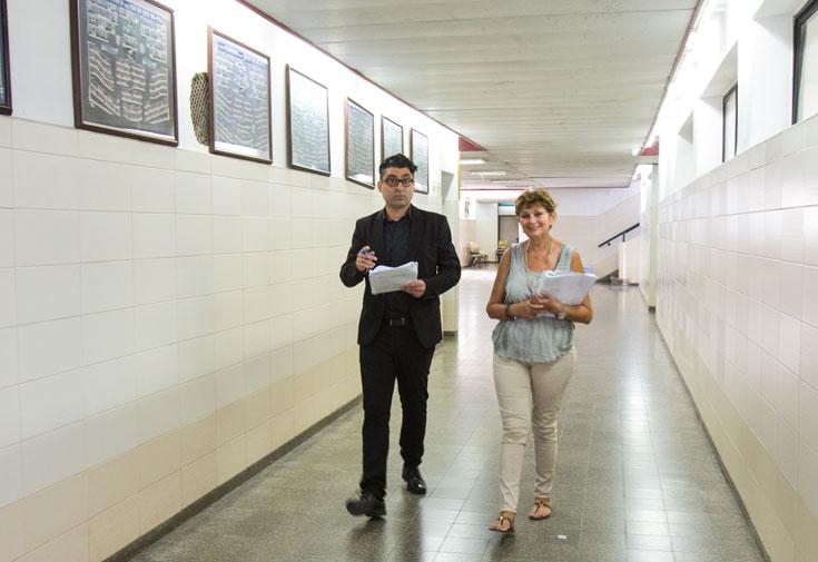 """המורה והתלמיד לשעבר במסדרון של תיכון טשרניחובסקי. """"תלמידים צריכים להיות סקרנים ולשאוף לדעת יותר"""" (צילום: נמרוד גליקמן)"""