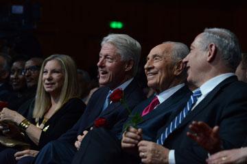 בנייני האומה, יוני 2013: שמעון פרס חוגג עם נתניהו, קלינטון וסטרייסנד (צילום: קובי גדעון, לע''מ)