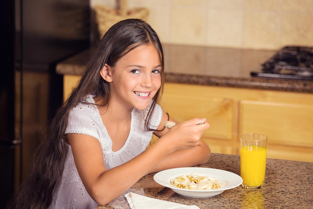 לא צריך לעבוד קשה בשביל ארוחת בוקר מזינה - קורנפלקס (בלי סוכר) וחלב יעשו את העבודה (צילום: shutterstock)