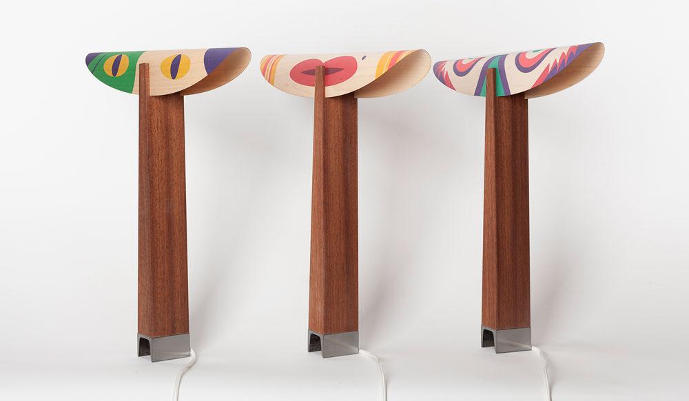 הזיווג בין המאייר אלון ברייאר לכרם קמינסקי הוליד גרסה מיוחדת של מנורות duets שלה. את האיורים יצר ברייאר במיוחד למנורה והם מתייחסים לצורתה ולחומריותה. לאחר שהודפסו על יריעות הפורניר של גוף התאורה הם משפיעים לא רק על אופיו אלא גם על אופיו וצבעו של האור הבוקע ממנו (צילום: עידו אדן)