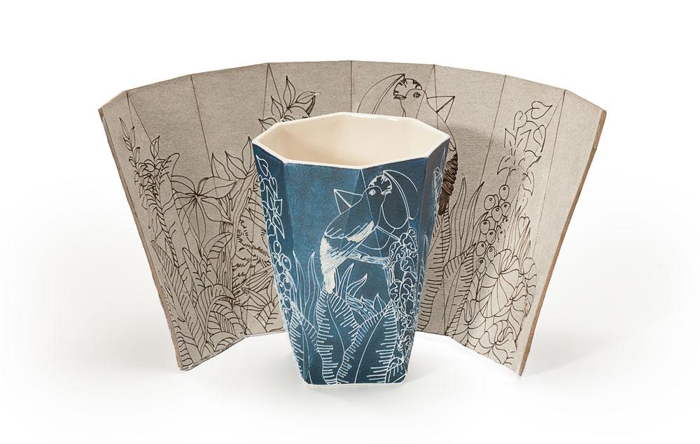 יהונתן הופ ואסנת פייטלסון מציגים סדרה של כוסות קרמיקה עם איורי נוף, שילוב בין עבודה דיגיטלית וידנית, בין הצורות הגיאומטריות של הכוסות של הופ לאיורים האוגניים של פייטלסון (צילום: עידו אדן)