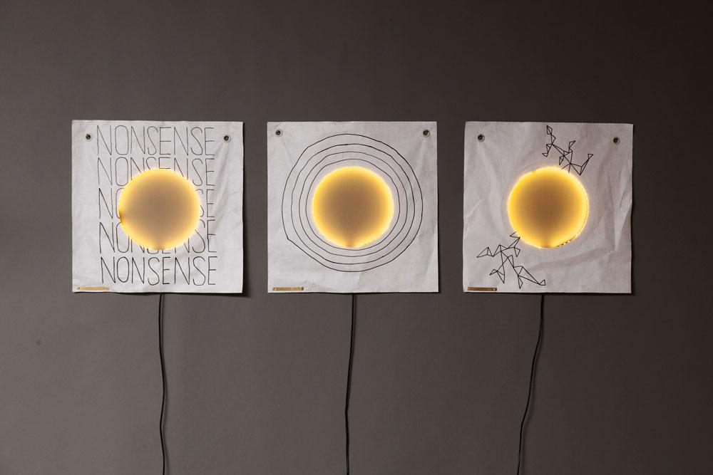 גידי גלעם ונעמה הופמן יצרו מהדורה מיוחדת של גוף התאורה 009 שלה. גלעם צייר על הטייבק דמוי הבד, תוך התייחסות לחישוק האור שחותך את החומר באמצעו. להבדיל מעבודותיו האופייניות, הוא התחבר לקו המינימליסטי של הופמן, וייצר סדרת רישומים עדינים, מופשטים וטיפוגרפיים (צילום: עידו אדן)