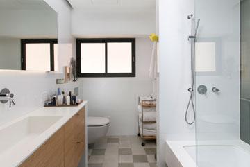 חדר הרחצה, עם חימום בקירות וברצפה (צילום: שירן כרמל)
