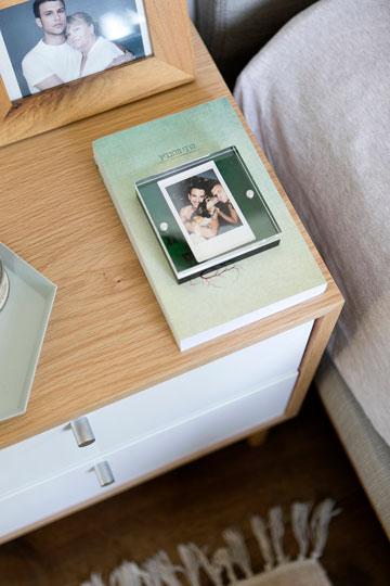 מה מונח על שידת הצד ליד המיטה (צילום: שירן כרמל)