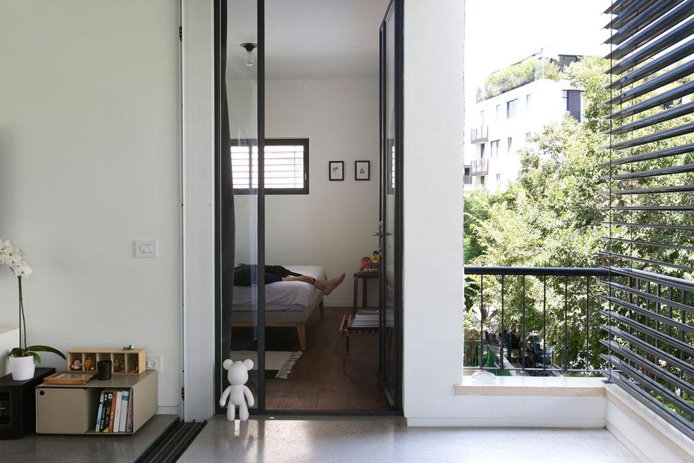אסי נח. מבט על חדר השינה מהמרפסת, כשהתריס החשמלי סגור. ''אני יכול להסתובב כאן עירום ואף אחד לא רואה'', אומר עזר (צילום: שירן כרמל)