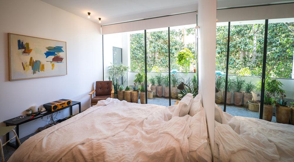 """""""בעיצוב דירה יש משהו מאוד אינטימי ביחס לחנות"""". חדר השינה של אורי להבי (צילום: איתי סיקולסקי)"""