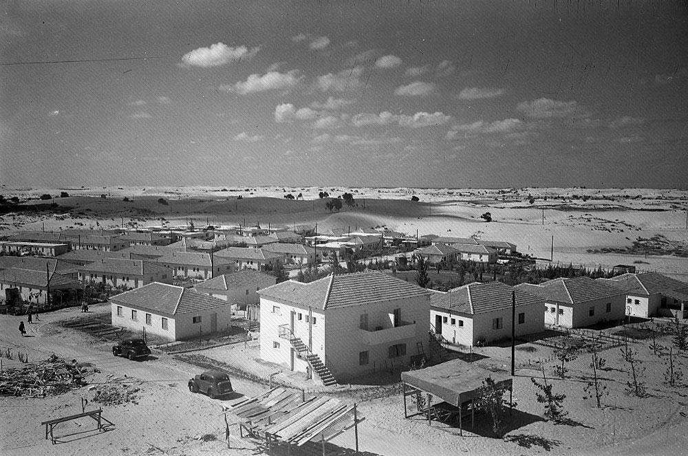 9. אנחנו נמצאים עכשיו באחת מערי גוש דן וחוזרים אחורה אל 1950, כשהשכונה הזו היתה ממש חדשה. מכירים? (צילום: הצלמניה)