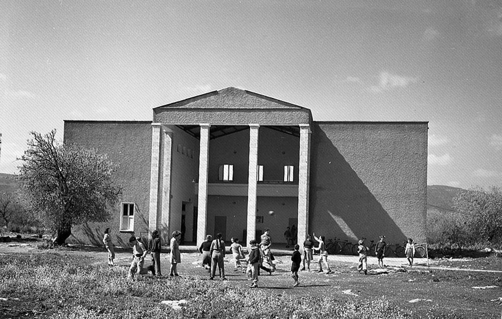 4. גם הבניין הזה נמצא בצפון, אבל ביישוב קטן יותר. כשהתמונה הזו פורסמה ב-Xnet לראשונה, היא עוררה התרגשות בקרב גולשים שהכירו את הבניין היטב. שנת הצילום: 1952 (צילום: הצלמניה)