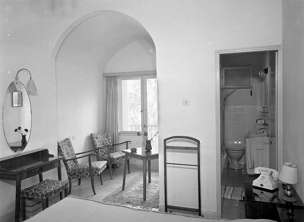 10. התמונה הזו מוכיחה כי ויסנשטיין לא הסתפק בצילומים של בניינים מבחוץ, אלא גם נכנס פנימה. התמונה צולמה ב-1955. רמז: מדובר בבית מלון בצפון, שקיים עד היום (צילום: הצלמניה)