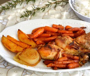 """עוף בתנור עם גזר גמדי ותפו""""א ברוטב סילאן (צילום: אפרת סיאצ'י)"""