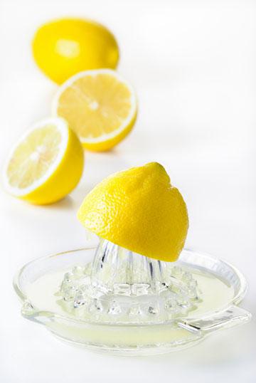 מוסיפים לתבשילים טיפות אחדות של מיץ לימון לפני ההגשה, להעצמת הטעמים (צילום: shutterstock)