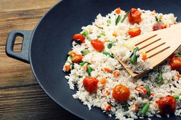 מבשלים את האורז לממחצה, ומחזירים לבישול ממש לפני ההגשה (צילום: shutterstock)