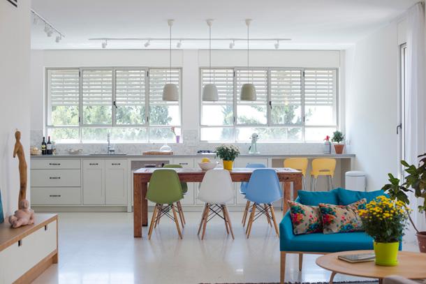 כסאות אימס בצבעים שונים, בדירה שעיצבה טלי ג'רסי (צילום: גל דרן)