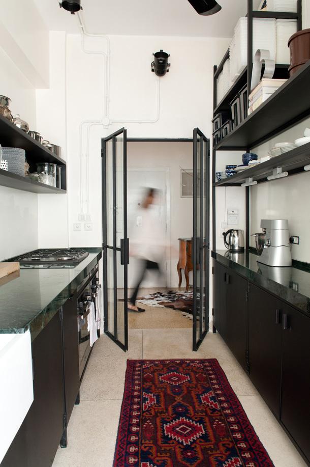 מטבח של ברזל שחור, בדירה בעיצוב GOLANALON (צילום: גלית דוייטש)
