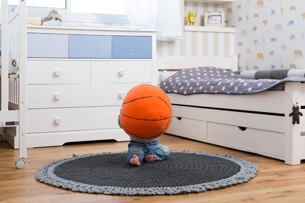 שטיח סרוג ועגול, כמו בעבודת יד, בבית שעיצבה קרן אבני (צילום: שירן כרמל)
