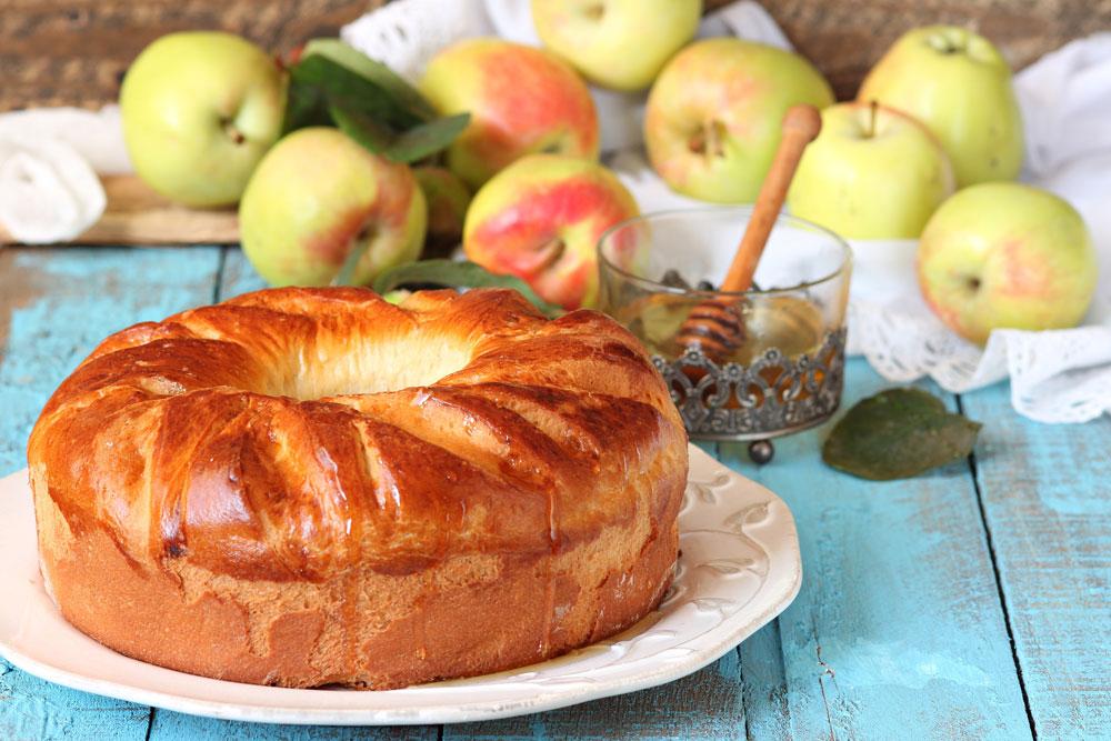 חשוב להקפיד על היחס בין כמות הדבש לכמות הקמח במאפים ועוגות. עוגה שתכיל כמות גדולה מידי של דבש עלולה ליפול במרכזה (צילום: shutterstock)