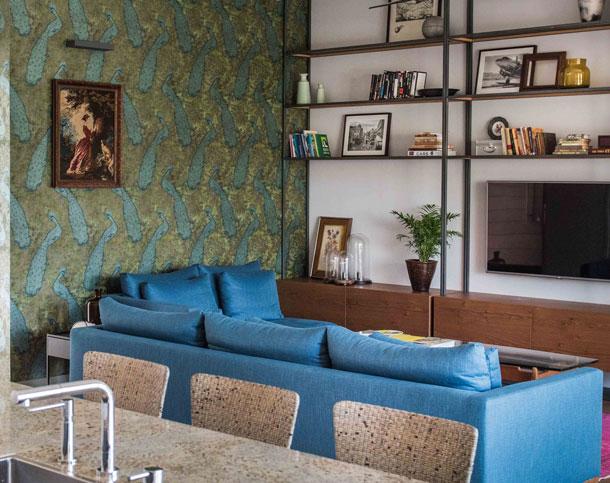 קיר טפט (וספריית ברזל ועץ) בסלון שעיצבה ליאת אלנבוגן פלד (צילום: גלעד רדט)