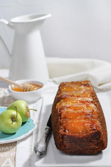 עוגת דבש הפוכה עם תפוחים מקורמלים (צילום: חגית גורן)
