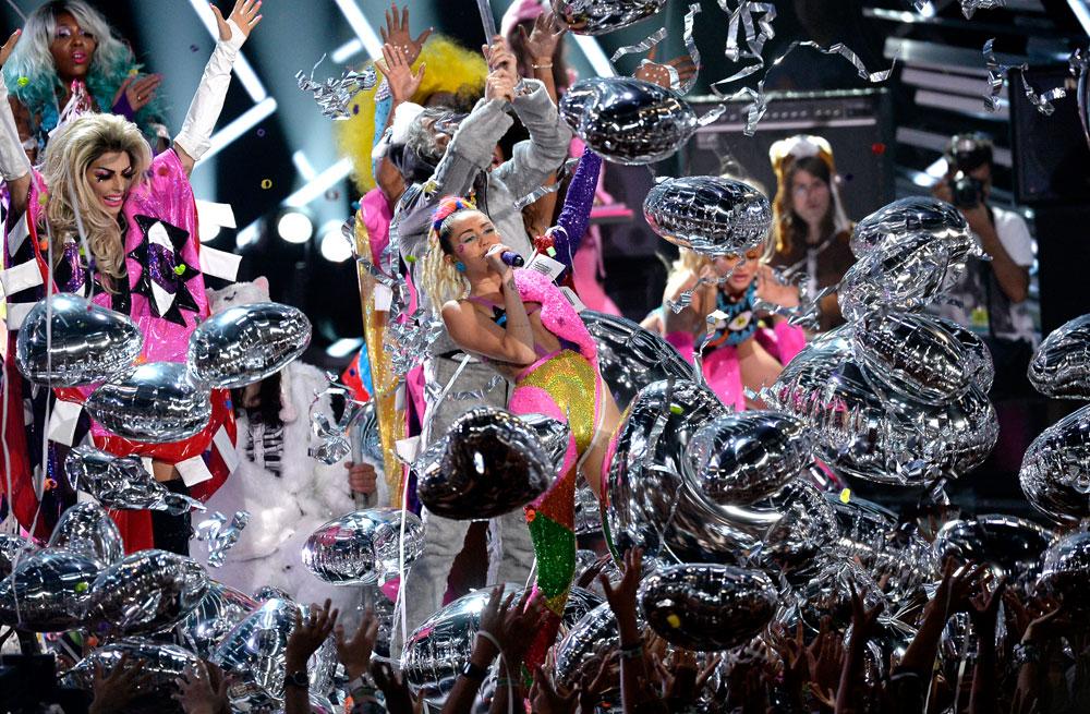 החיים הם יצירת אמנות. מיילי סיירוס בטקס ה-VMA (צילום: gettyimages)