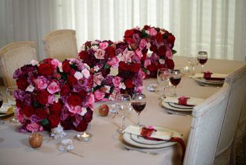 ליצירת מראה קלאסי רצוי להשתמש בכמות גדולה של ורדי משי משולבים בצבעי ורוד ובורדו. (צילום: מאיה לוי)