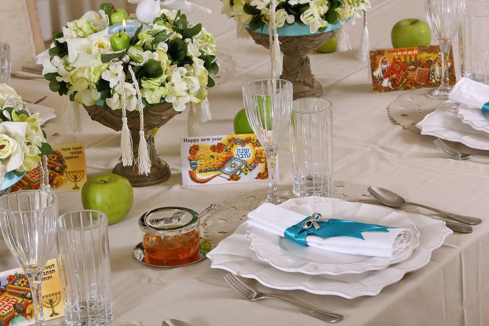 שולחן ראש השנה עם חבקי מפיות וטבעות פרחים תוצרת בית (צילום: אורן שלו)