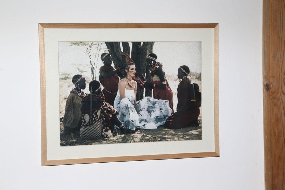 על הקיר: קיטי ממון באפריקה יחד עם נשים משבט המסאי, בהפקת אופנה שצילם בן לם  (צילום: יניב אדרי )