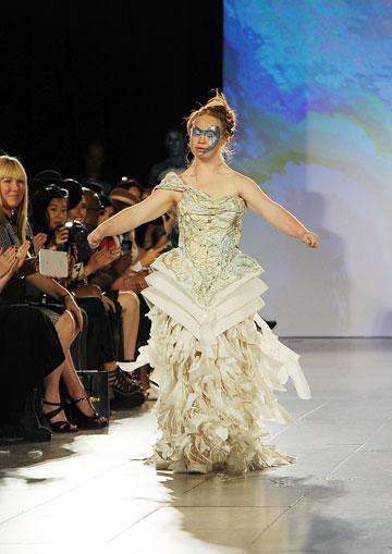 הדוגמנית הראשונה עם תסמונת דאון על המסלול בשבוע האופנה ניו יורק: מדלן סטיוארט (צילום: gettyimages)