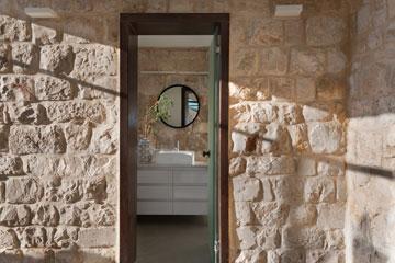 קירות אבן סביב אחד מחדרי הרחצה שבמפלסי הביניים (צילום: אסף פינצ'וק)