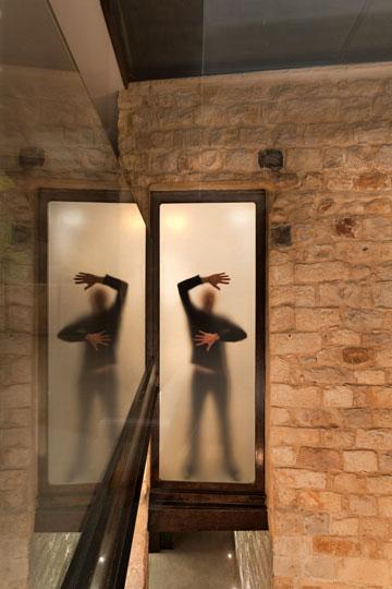 דלתות זכוכית חלבית מאפשרות לאור לעבור (צילום: אסף פינצ'וק)