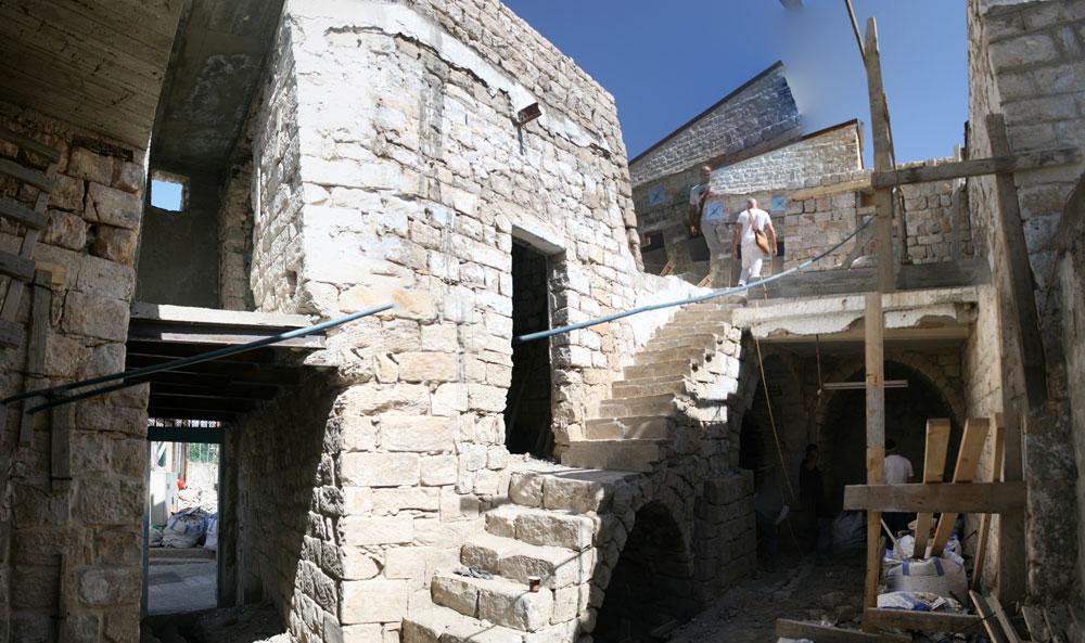 כך נראתה החצר הפנימית לפני השיפוץ. המבנה אמנם מתוארך למאה ה-19, אך יסודותיו נטועים בתקופה הממלוכית, בסביבות המאה ה-14. עדויות לתאריך הקדום נמצאו בחפירות שנערכו בקרבת הבית, שנבנה ככל הנראה מחדש אחרי רעש האדמה שהחריב את צפת ב-1837 (צילום: הנקין שביט)