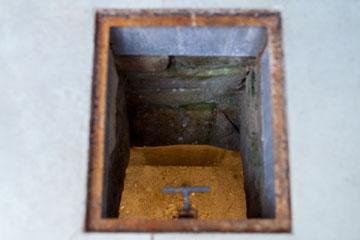 בור המים העתיק שהיה בחצר הפנימית, נסגר בדלת זכוכית והושאר במרכז הסלון (צילום: טל ניסים)